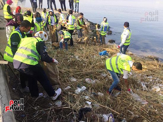 شباب بتحب مصر ينظفون شاطئ بحيرة التمساح بالإسماعيلية (8)