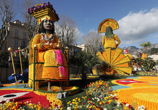 ألوان الفاكهه والورود تزين المهرجان