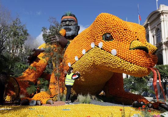 تمثال مصنوع من الليمون وكذلك البرتقال