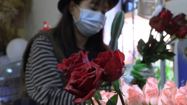 بائعة زهور فتحت أبواب محلها في انتشار المحبين للاحتفال بعيد الحب