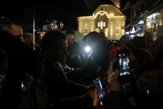 حديث بين ماكرون وعدد من المحتشدين