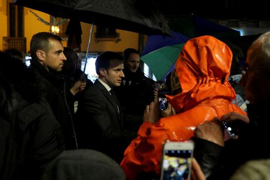 مواطنون يلتقطون الصور للرئيس الفرنسى