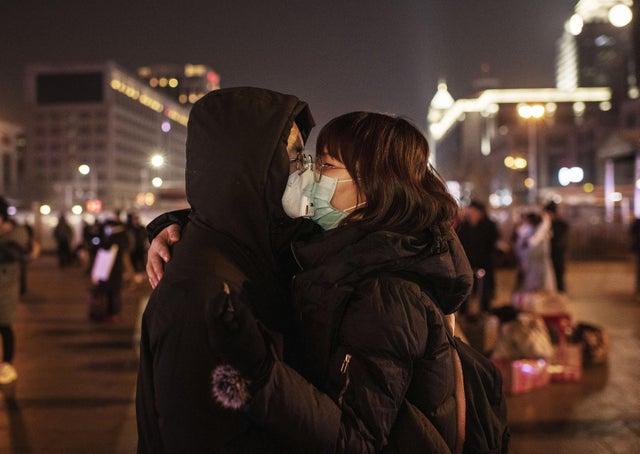 التقطت عدسات المصورين زوجان صينيان يرتديان أقنعة واقية قبل أن يودعا ركوب قطار في محطة بكين قبل عيد الربيع السنوي يناير الماضى