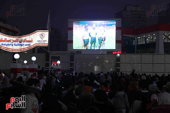 أعضاء الزمالك يتابعون مباراة السوبر الافريقي أمام الترجي (11)