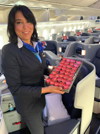 مصر للطيران تشارك المسافرين الإحتفال بعيد الحب (3)