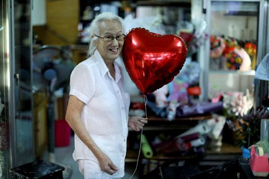 سيدة-تحمل-قلب-عيد-الحب