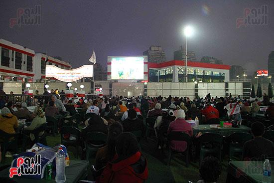 أعضاء الزمالك يتابعون مباراة السوبر الافريقي أمام الترجي (14)