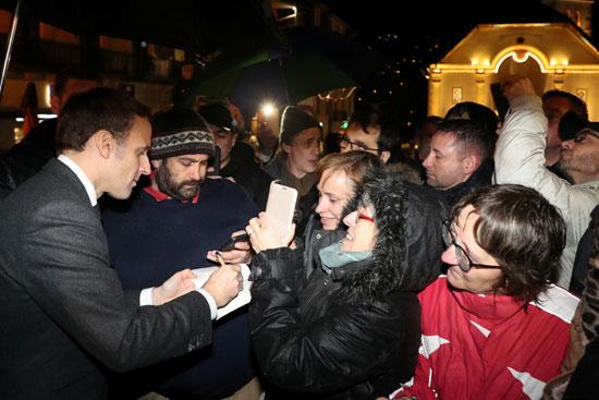 الرئيس الفرنسى يوقع على أوتوجرافات المؤيدين
