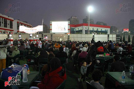 أعضاء الزمالك يتابعون مباراة السوبر الافريقي أمام الترجي (10)