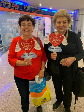 مصر للطيران تشارك المسافرين الإحتفال بعيد الحب (6)