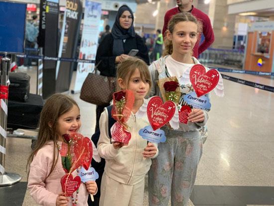 مصر للطيران تشارك المسافرين الإحتفال بعيد الحب (5)
