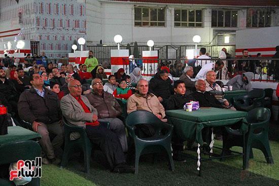 أعضاء الزمالك يتابعون مباراة السوبر الافريقي أمام الترجي (4)