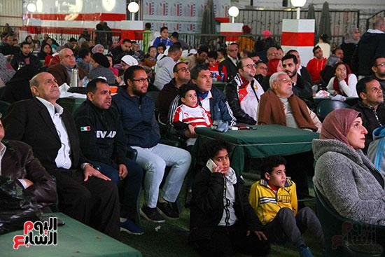 أعضاء الزمالك يتابعون مباراة السوبر الافريقي أمام الترجي (7)