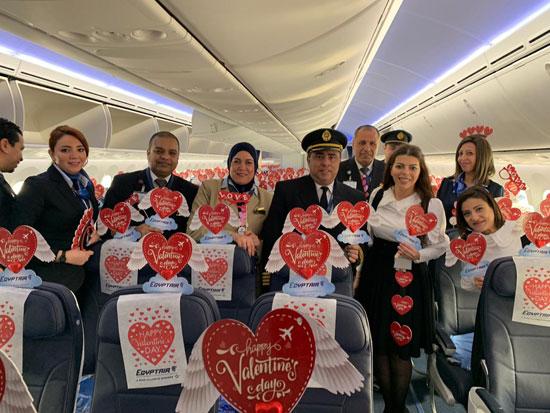 مصر للطيران تشارك المسافرين الإحتفال بعيد الحب (4)