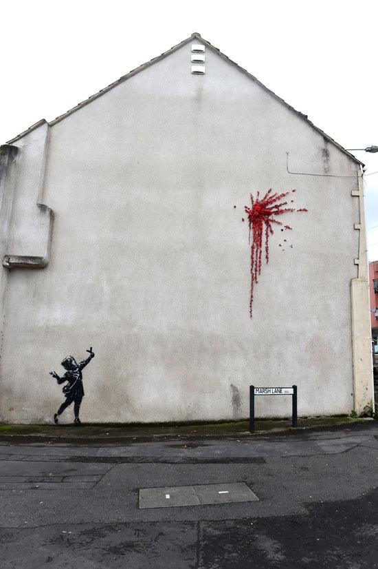 جدارية بانكسى تزين شوارع مدينة بريستول البريطانية