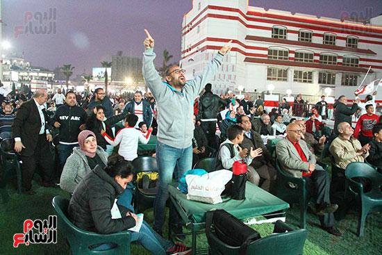 أعضاء الزمالك يتابعون مباراة السوبر الافريقي أمام الترجي (27)