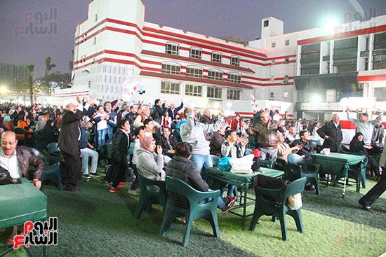 أعضاء الزمالك يتابعون مباراة السوبر الافريقي أمام الترجي (20)