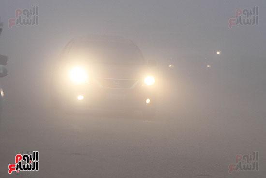 السيارات تستخدم الكشافات بسبب الشبورة