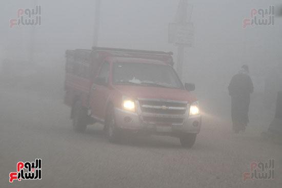 قائدو السيارات يستخدمون الكشافات بسبب الشبورة