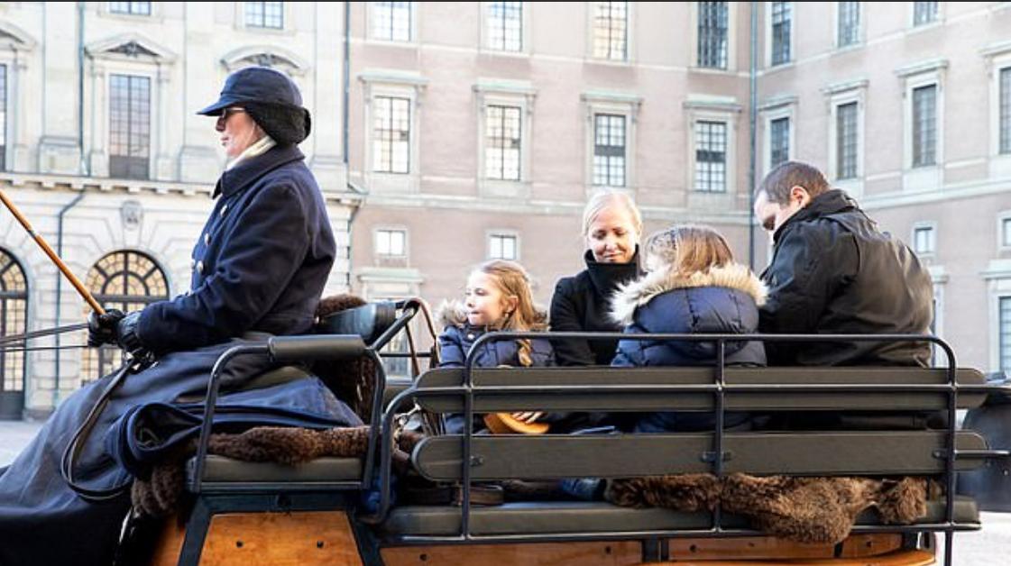 الطفلة على عربة ملكية