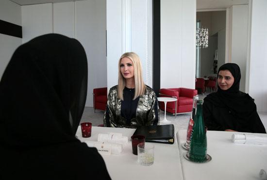 مستشارة البيت الأبيض إيفانكا ترامب تلتقي بمجموعة من النساء أثناء زيارة متحف اللوفر أبو ظبي