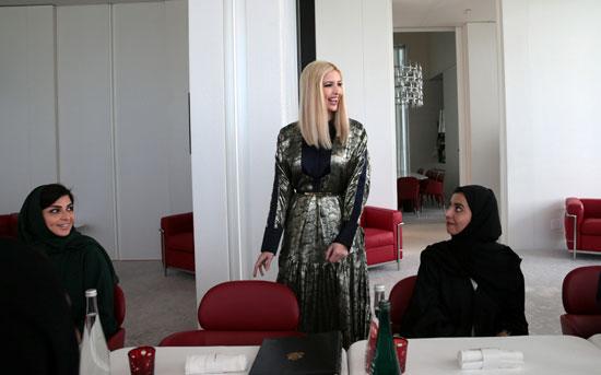إيفانكا ترامب تلتقي بمجموعة من النساء أثناء زيارة متحف اللوفر أبو ظبي