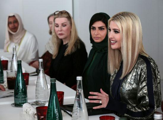 تتحدث إيفانكا ترامب  أثناء لقائها مجموعة من النساء أثناء زيارة متحف اللوفر في أبو ظبي.