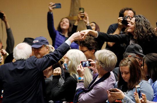 الحضور يلتقط صور مع ساندرز