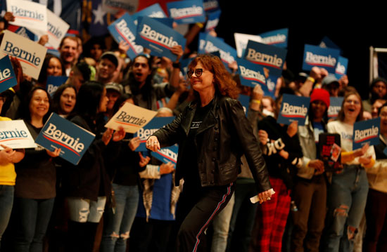 الممثلة سوزان ساراندون عن المسرح بعد أن تحدثت مؤيدة لمرشحة الحزب الديمقراطي