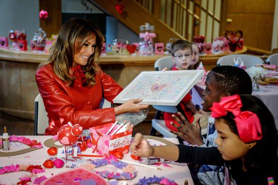 ميلانيا تقوم بتوزيع الهدايا