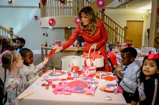 ميلانيا توزع الهدايا على الاطفال