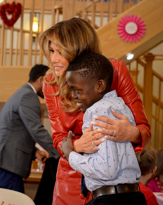 ميلانيا تحتضن طفل من اصول افريقية