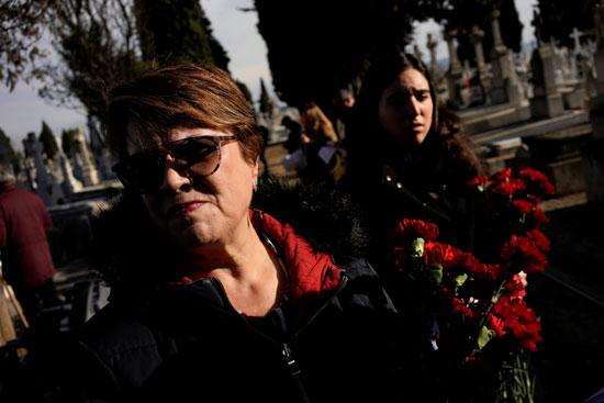 أعضاء من إستعادة الذاكرة التاريخية يحملون الزهور