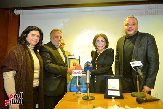 ابن توفيق الدقن وابنة عمر الحريريى يشاركان فى تكريم لبنى عبد العزيز