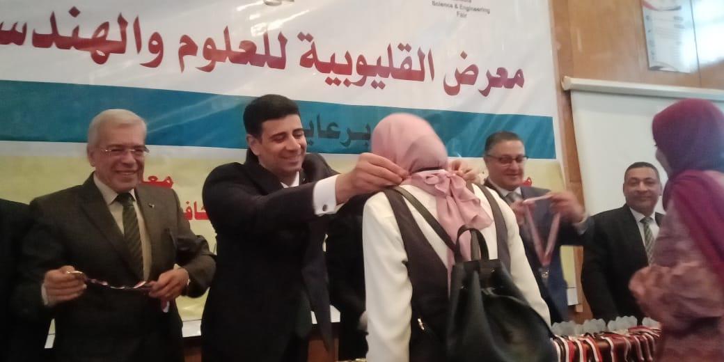 محافظ القليوبية ورئيس جامعة بنها يكرمان الطلاب الفائزين (4)