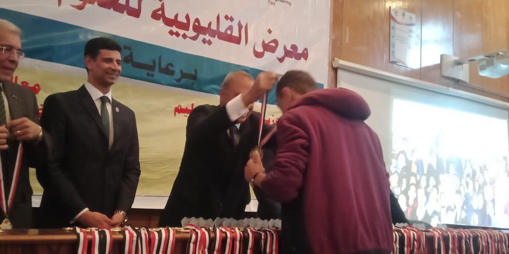 محافظ القليوبية ورئيس جامعة بنها يكرمان الطلاب الفائزين (2)