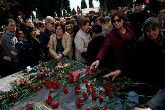 وضع الزهور على رفات الذين قتلوا فى بلد الوليد