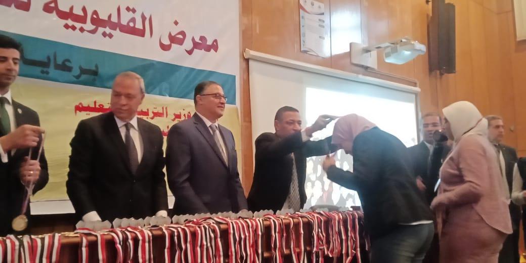 محافظ القليوبية ورئيس جامعة بنها يكرمان الطلاب الفائزين (5)