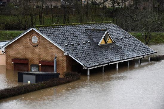 مبنى غمرته المياه فى تاف ويلز