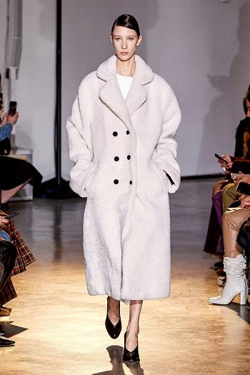 معطف فرو باللون الأبيض