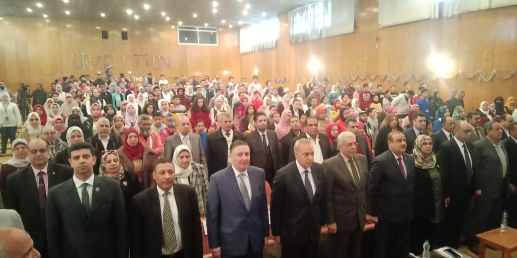 محافظ القليوبية ورئيس جامعة بنها يكرمان الطلاب الفائزين (7)