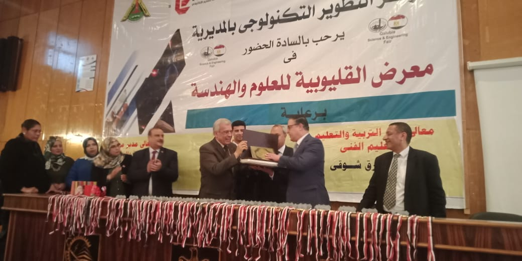محافظ القليوبية ورئيس جامعة بنها يكرمان الطلاب الفائزين (1)