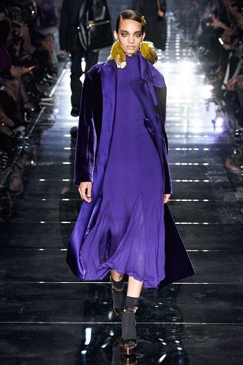 فستان باللون الأورجوانى ومعطف مخملى بنفس اللون