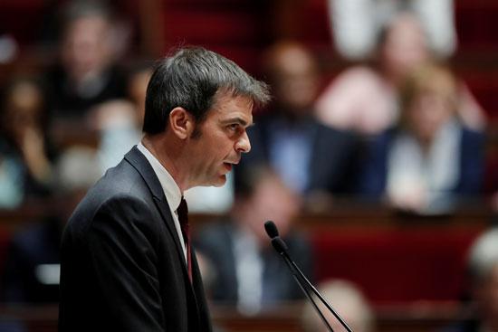 يلقي وزير الصحة والتضامن الفرنسي المعين حديثًا أوليفييه فيران خطابًا خلال النقاش