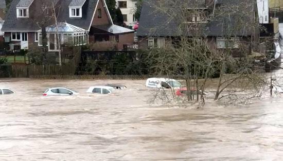 مياه-الأمطار-تغرق-السيارات