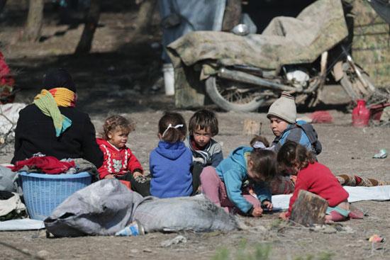 أطفال مشردون داخلياً يجلسون في مخيم مؤقت في قرية قطمة