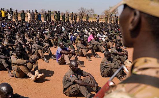 الجنود يجلسون للإستماع لتعليمات قادتهم
