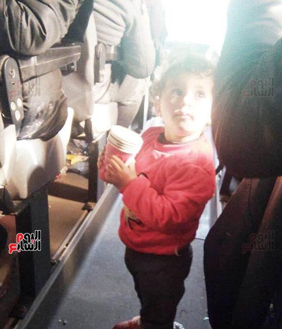 طفلة تستقل اتوبيس العائدين من الصين
