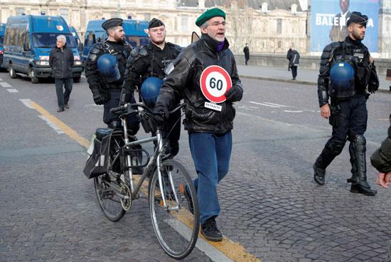 رجل متقاعد يحمل لافتة على الطريق برقم 60 كرمز لسن التقاعد