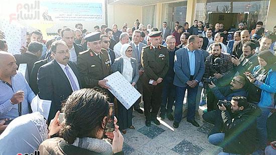 وزيرة الصحة توزع هدايا على أطفال المصريين العائدين من الصين (1)